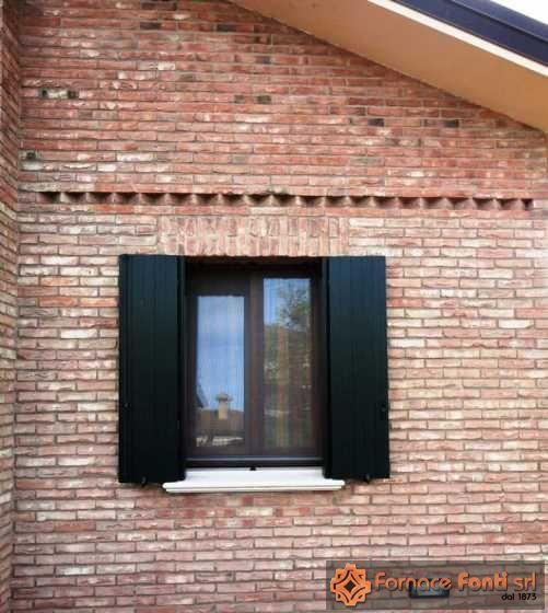Villa in mattoni a mano e pezzi speciali, particolare facciata