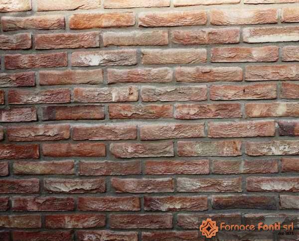 Villa in mattoni a mano e pezzi speciali, particolare muratura in mattoni a mano