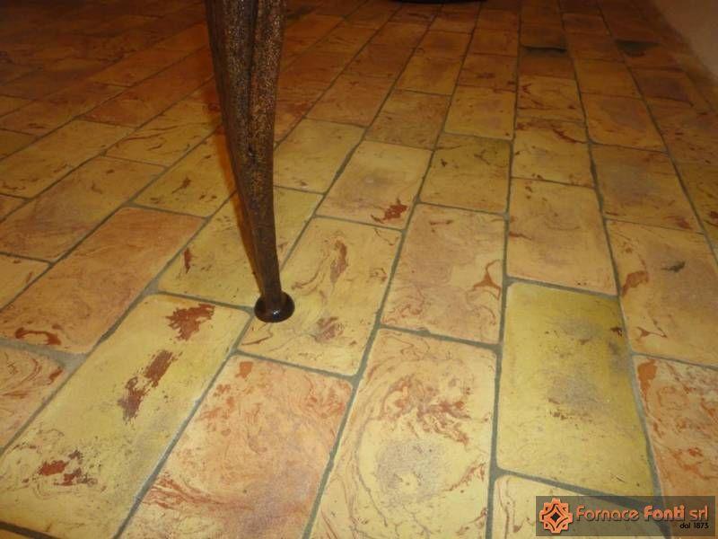 pavimento in cotto giallo venato